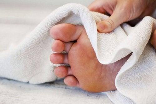 asciugare-i-piedi