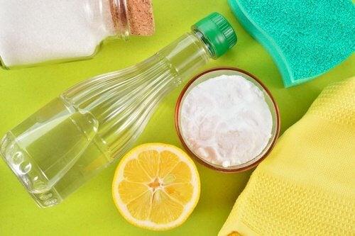 bottiglia-aceto-bianco-bicarbonato-e-limone