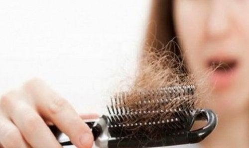 capelli-sulla-spazzola
