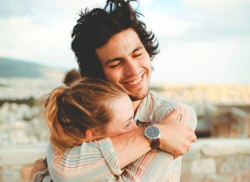 coppia-che-si-abbraccia-e-ride