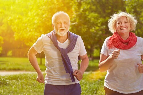 Coppia che fa sport per prevenire incontinenza urinaria femminile e maschile
