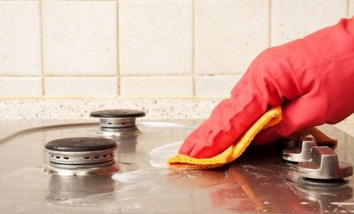 6 semplici trucchi per pulire la cucina