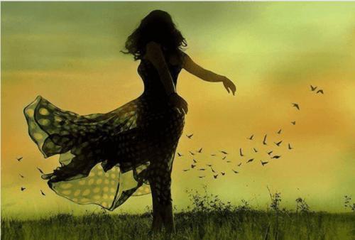 donna-che-balla-in-un-campo
