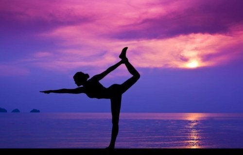 donna-che-pratica-yoga-al-tramonto