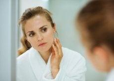 donna-che-si-guarda-nello-specchio