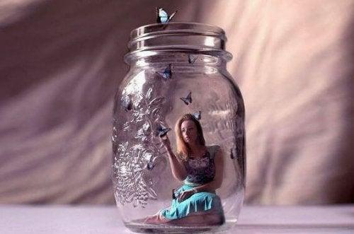 donna-in-un-barattolo-di-vetro