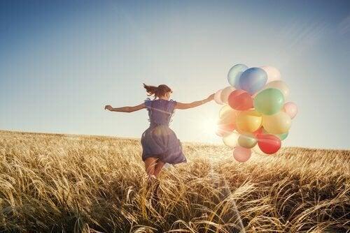 donna-in-un-campo-di-grano-con-palloncini