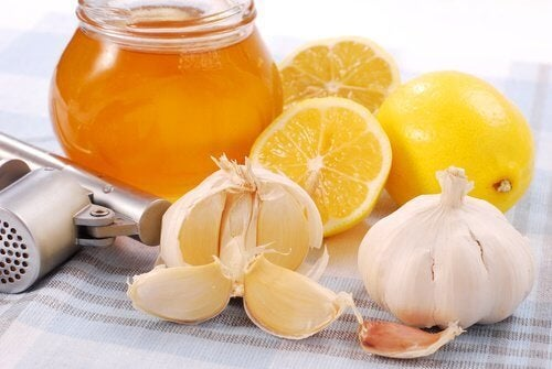 Miele all'aglio e limone per aumentare le difese