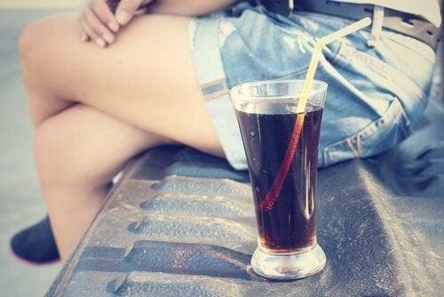 ragazza che beve bevande gassate