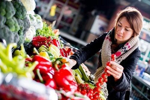 Donna sceglie verdure