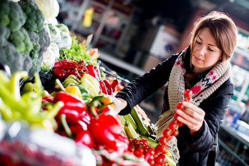 ragazza-sceglie-verdure