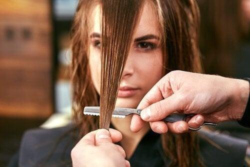 tagliare i capelli per evitare le doppie punte