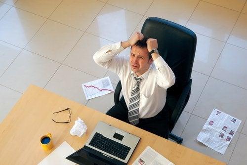 uomo-in-ufficio-stressato