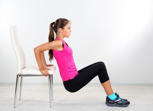 allenarsi in casa con le sedie