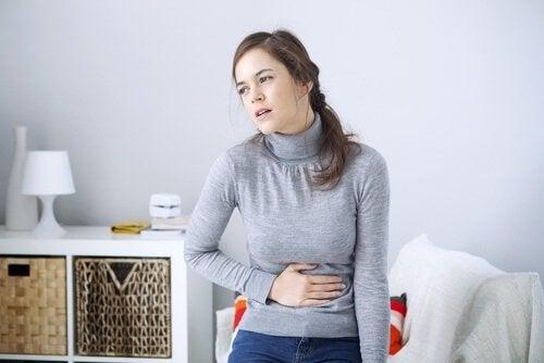 Donna con mal di stomaco