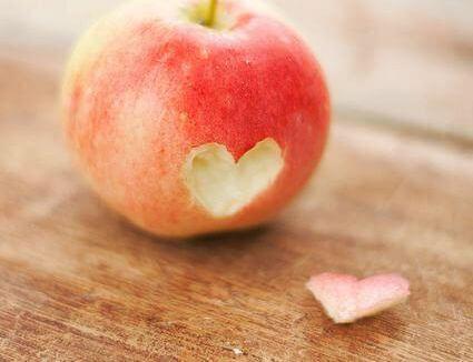 mela con cuore