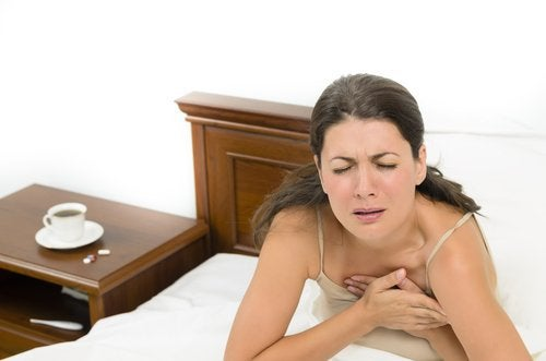 Donna a letto con dolore al petto