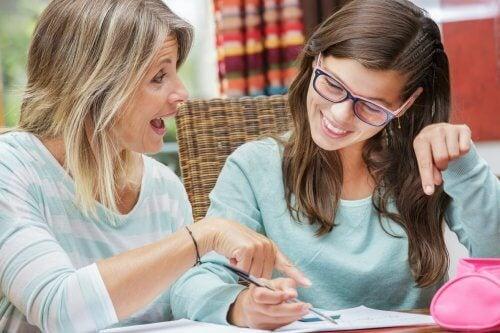 donna-aiuta-ragazza-a-studiare