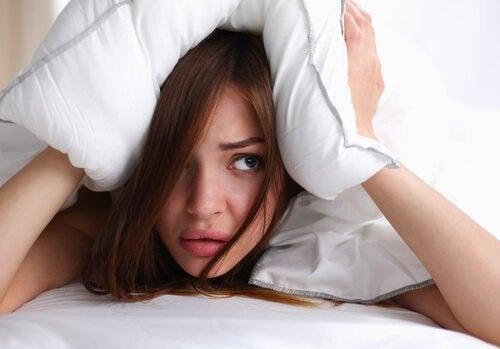 Donna con cuscino sulla testa