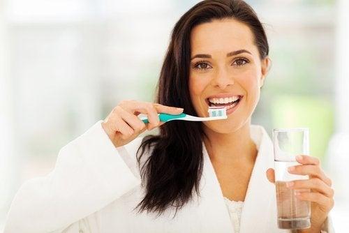 Donna si lava i denti