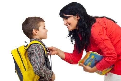 madre-che-prepara-il-figlio-per-andare-a-scuola