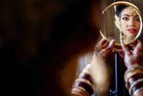 riflesso-donna-specchio