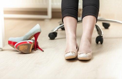 Indossare scarpe comode per alleviare il dolore causato dalle varici