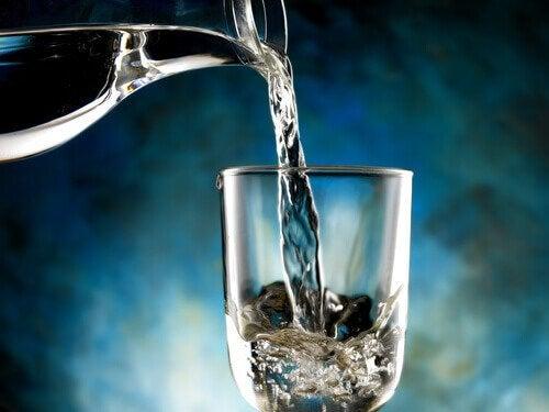 Acqua versata nel bicchiere