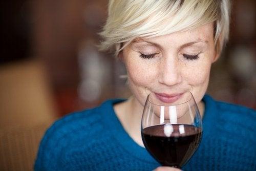 Donna con calice di vino rosso