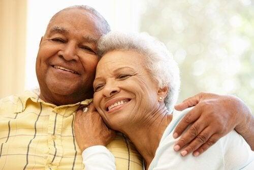 la comparsa dei capelli bianchi è dovuta alla perdita di melanina