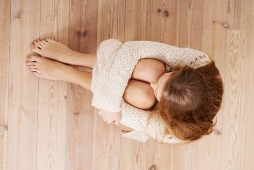 vivere senza paure - donna seduta a terra