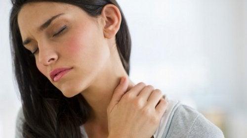 ragazza con tensione muscolare del collo