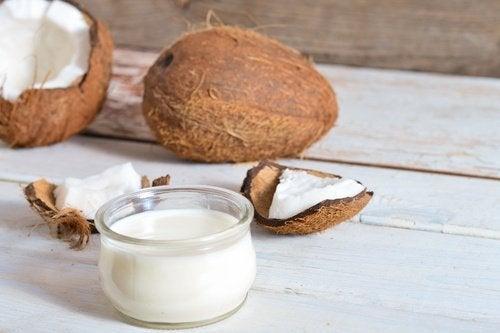 l'olio di cocco favorisce il rafforzamento dei capelli e ne evita la caduta