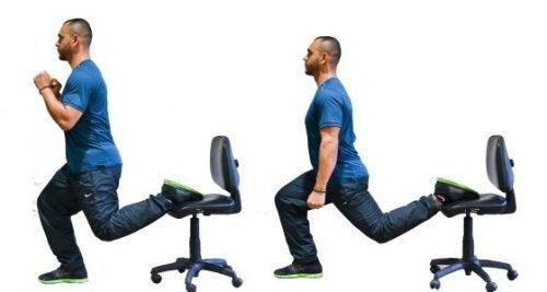 Affondi con una gamba sula sedia