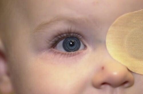 bambino-con-occhio-celeste