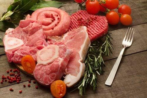 La carne rossa è uno di quegli alimenti da evitare poiché può provocare i calcoli renali