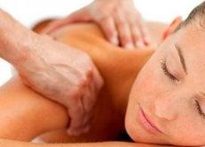 donna massaggio contrattura del trapezio