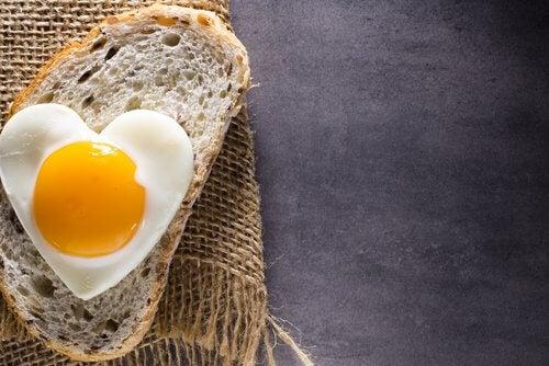 fetta di pane uovo a cuore
