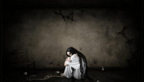 paura-donna-rannicchiata