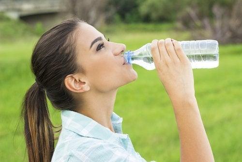 Bere almeno 2 litri d'acqua al giorno per evitare la formazione di calcoli