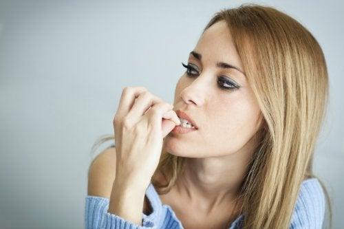 ragazza si mangia le unghie