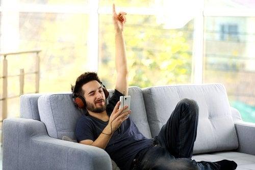 ragazzo-ascolta-musica-sul-divano