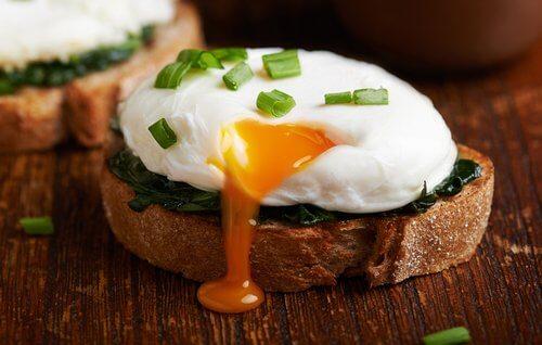 crostino con uovo in camicia