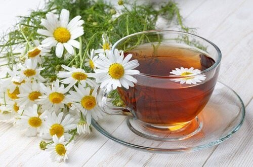 camomilla in tazza e fiori