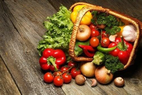 Cestino con verdure ideali per la dieta alcalina