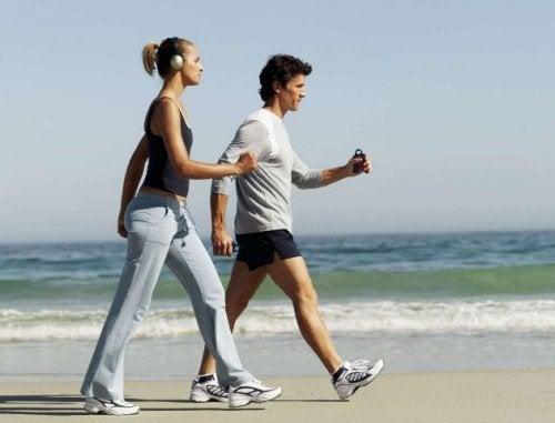 Coppia cammina sulla spiaggia