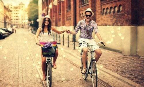 coppia-in-bicicletta
