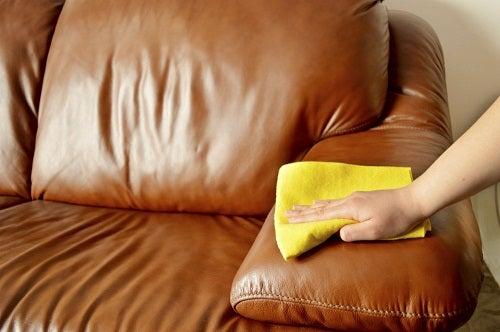 pulizia del divano di cuoio