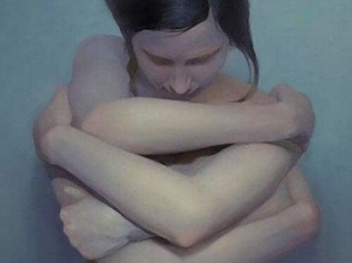 Donna abbraccia se stessa
