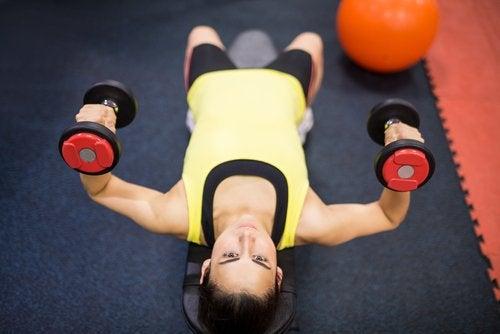 donna-che-pratica-esercizi